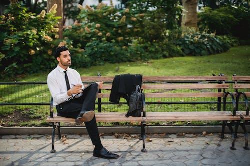 Základová fotografie zdarma na téma bílé dlouhé rukávy, černá taška, černé kalhoty