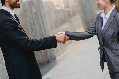 Foto stok gratis berjabat tangan, bisnis, dewasa