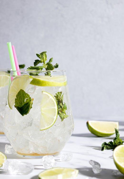 Klares Trinkglas Mit Eis Und Zitronenscheiben