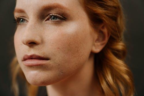 Бесплатное стоковое фото с веснушки, горячая девушка, для лица