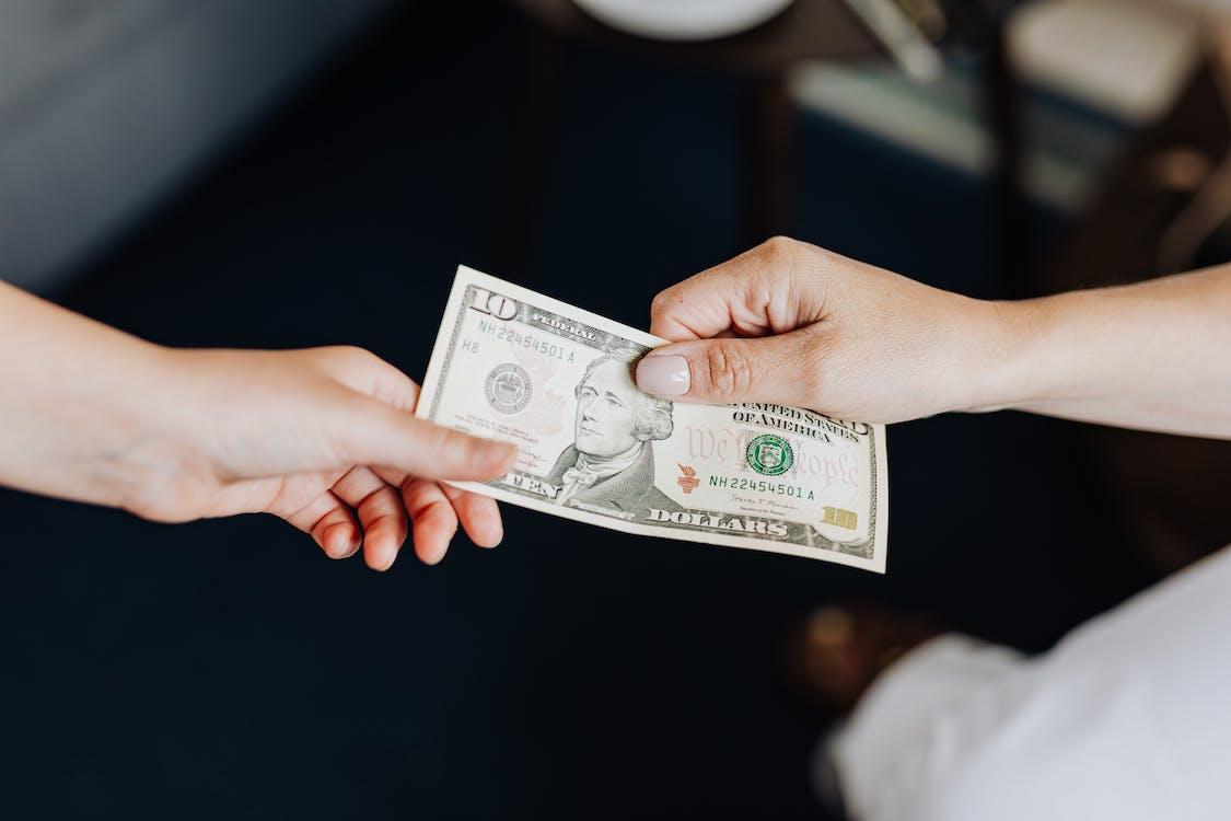 Бесплатное стоковое фото с валюта, взятка, дающий