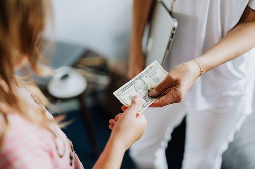 Бесплатное стоковое фото с валюта, деньги, держать