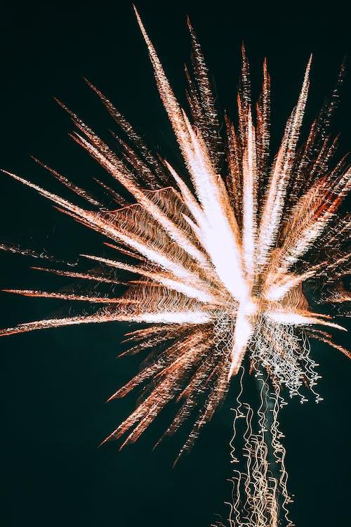 Fogos De Artifício Brancos No Céu