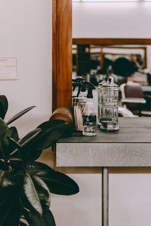 Frascos De Vidro Transparente Na Mesa