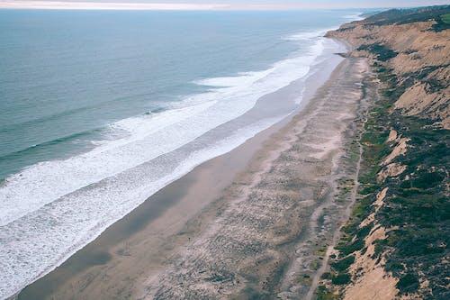 Costa Da Praia Com Ondas Do Mar Quebrando Na Costa