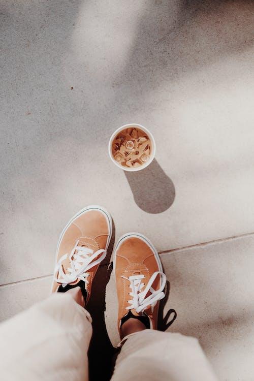 Photos gratuites de à l'intérieur, adulte, baskets, café