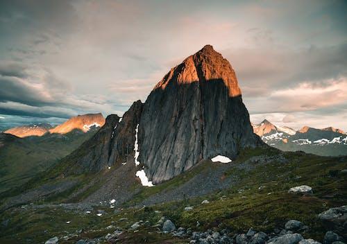 Brown Et Gris Rocky Mountain Sous Ciel Gris