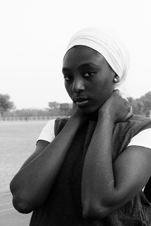 Kostenloses Stock Foto zu afroamerikaner-frau, ausruhen, aussehen