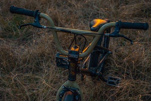 Gratis arkivbilde med bmx, grønn sykkel, motorsykkel, solnedgang