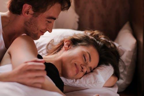 Бесплатное стоковое фото с бойфренд, в помещении, вздремнуть