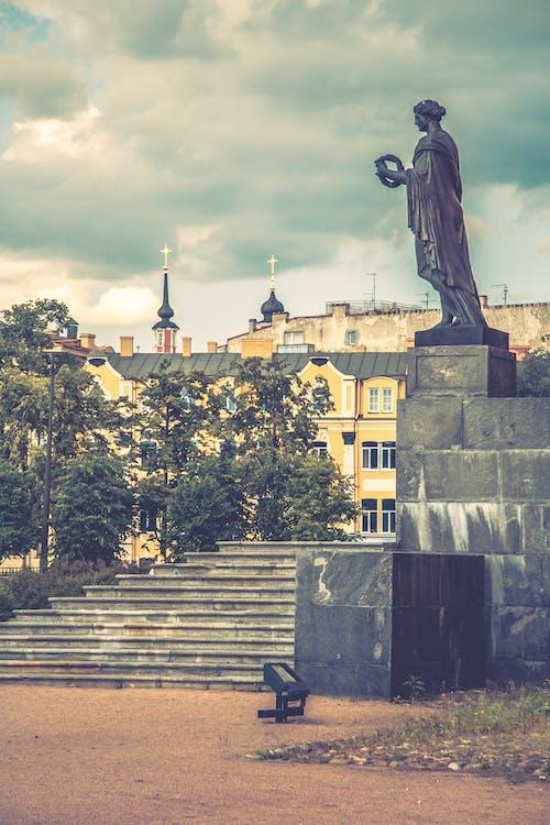 不朽的雕塑, 城市, 城鎮, 多雲的天空 的 免费素材照片
