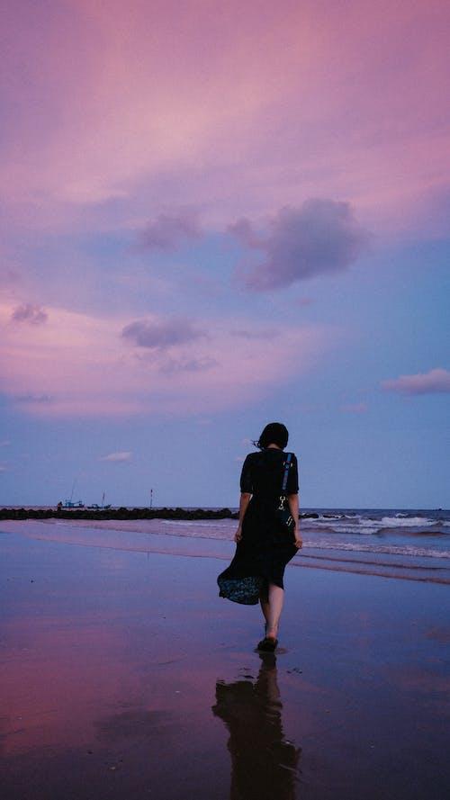 걷고 있는, 검정 드레스, 드레스, 블랙 드레스의 무료 스톡 사진