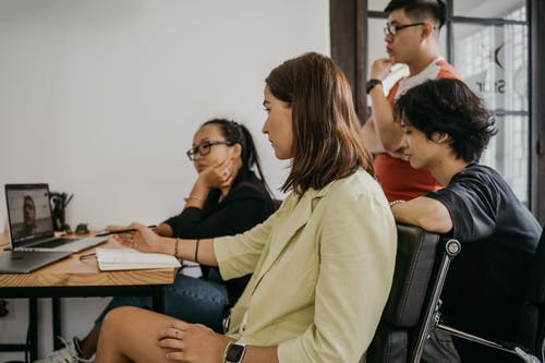 黒の椅子に座っている黒の長袖シャツの女性