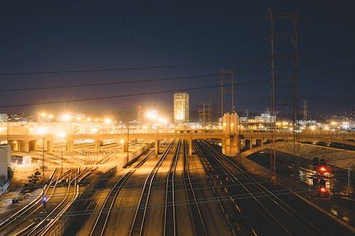 Foto d'estoc gratuïta de carrils, ferrocarrils, indústria, nit