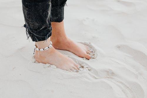 Immagine gratuita di a piedi nudi, acqua, deserto, donna