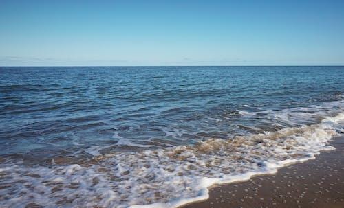 Gratis lagerfoto af blå himmel, bølge, bølger, hav