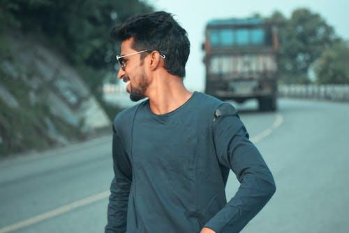 Foto profissional grátis de fotografia sincera, menino sorrindo na estrada