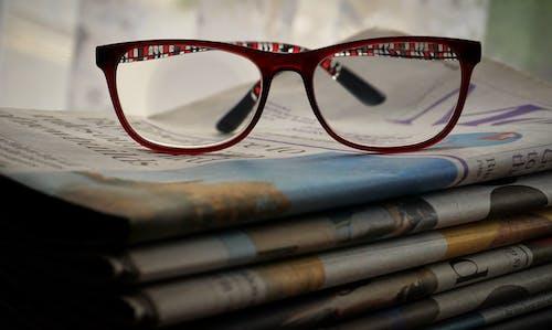Gratis lagerfoto af aviser, bog, bogbind, briller