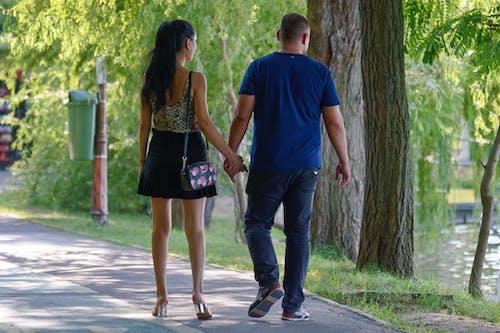 คลังภาพถ่ายฟรี ของ การเดิน, คู่รักหนุ่มสาว, ต้นไม้, ทะเลสาป