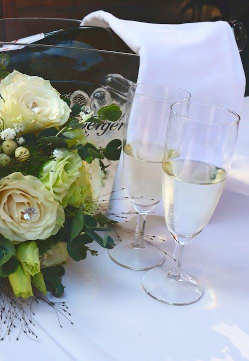 결혼식 배경, 샴페인 병, 샴페인 잔, 웨딩의 무료 스톡 사진