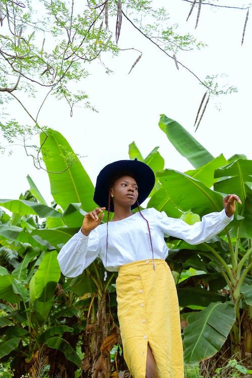 Gratis stockfoto met Afro-Amerikaanse vrouw, andere kant op kijken, blauwig, bloemen