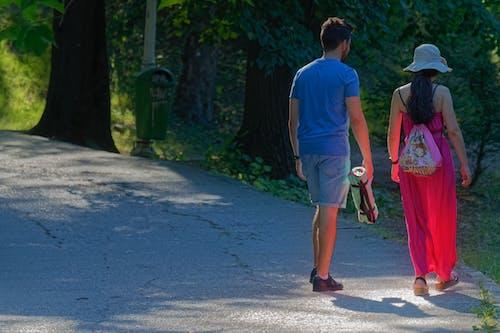คลังภาพถ่ายฟรี ของ การเดิน, คู่รักหนุ่มสาว, ซอย, ต้นไม้