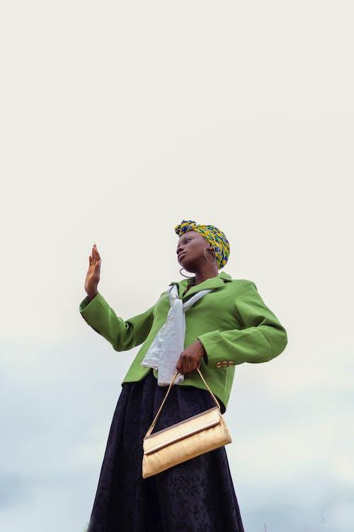 Gratis stockfoto met Afro-Amerikaanse vrouw, bewolkt, blauwig, blazer