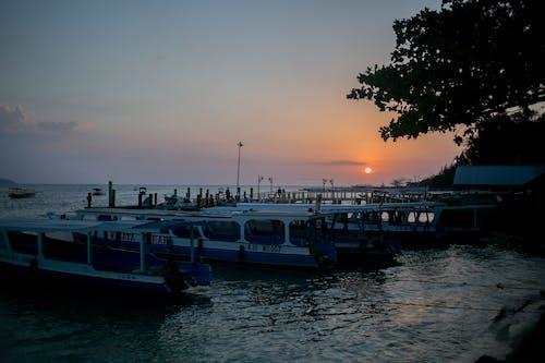 Barche Ormeggiate Nella Tranquilla Laguna Al Tramonto