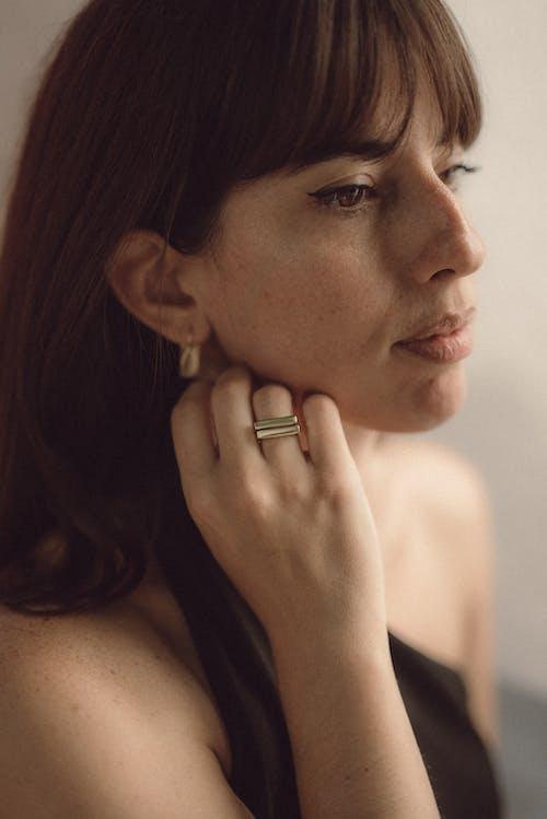 Kostnadsfri bild av attraktiv, guldring, kaukasisk kvinna