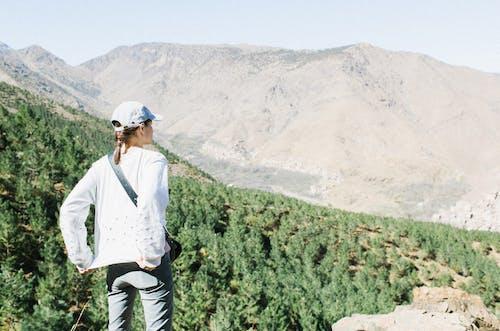 산에서 높은 언덕에 여성 여행자