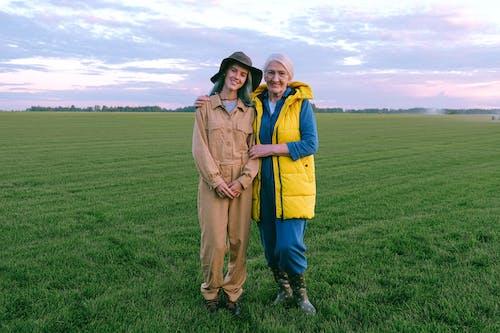 Foto d'estoc gratuïta de a l'aire lliure, adult gran, agricultor