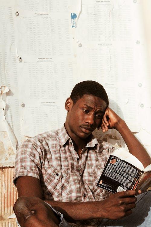 Kostnadsfri bild av afroamerikansk man, allvarlig, ark