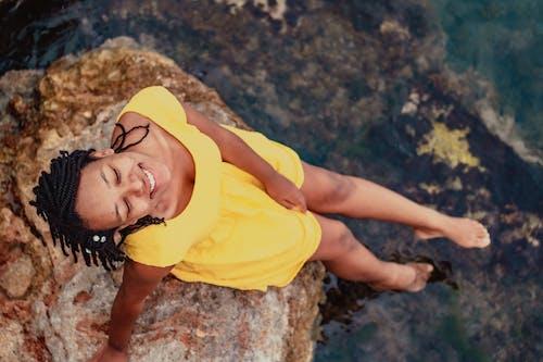 Foto profissional grátis de adulto, água, ao ar livre, areia