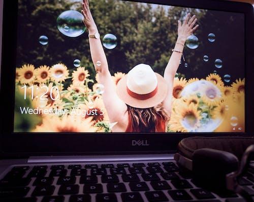 Ilmainen kuvapankkikuva tunnisteilla kannettavan tietokoneen näppäimistö, kukat, kuulokkeet, söpö tyttö