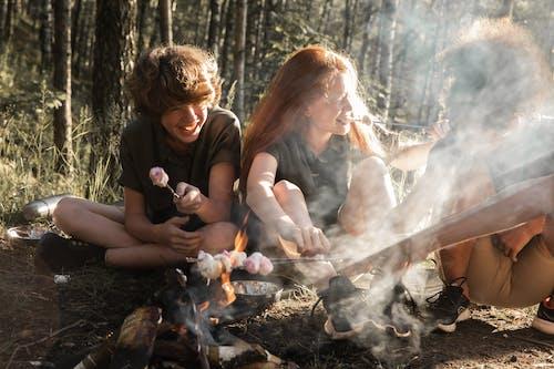 Fotos de stock gratuitas de adulto, al aire libre, amor, caer