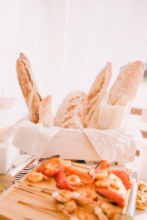 Хлеб на белом бумажном полотенце