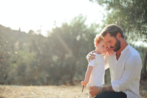 Foto profissional grátis de afeição, amor, ao ar livre, carinho