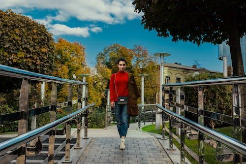 Gratis arkivbilde med jente i parken, kvinne, kvinne i rødt, sweter