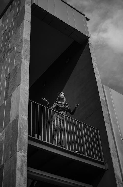 Foto d'estoc gratuïta de arquitectura, articles de vidre, blanc i negre, carrer