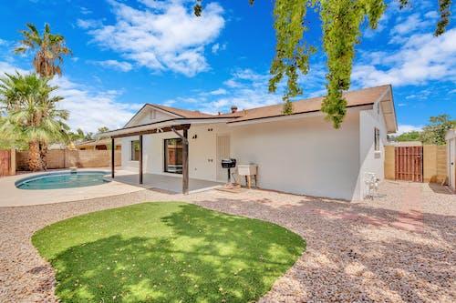 Бесплатное стоковое фото с архитектура, газон, дверь, двор