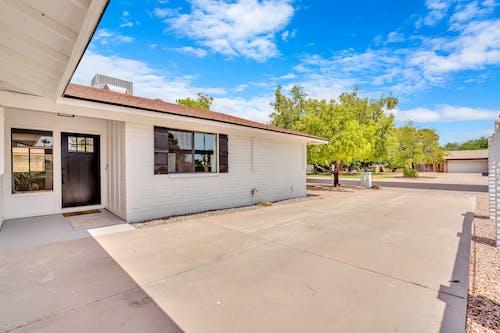 Бесплатное стоковое фото с архитектура, гараж, дверь, дерево