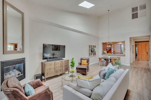 Бесплатное стоковое фото с диван, дизайн интерьера, дом, журнальный столик
