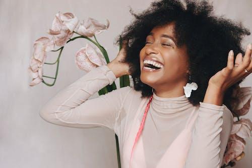 20-25 anos de idade mulher, Afro, aşındırmak içeren Ücretsiz stok fotoğraf