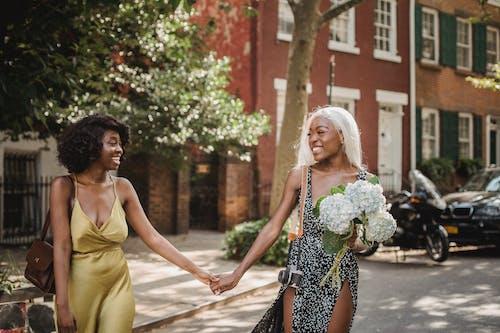 afrikalı-amerikalı kadınlar, Arkadaşlar, dikey atış içeren Ücretsiz stok fotoğraf