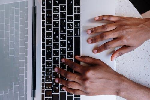 Gratis arkivbilde med afrikansk-amerikansk, bærbar datamaskin, blogge