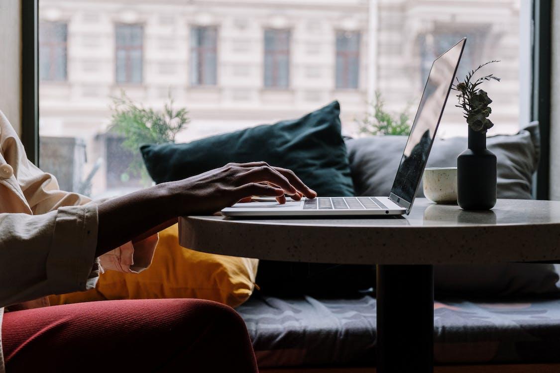 Gratis stockfoto met afstand leren, anoniem, apparaatje