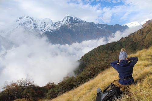 (頂部有小羊毛球的)羊毛帽子, 丘陵, 休息 的 免费素材图片