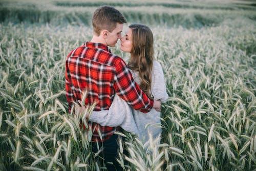 adam, alan, arazi, aşık içeren Ücretsiz stok fotoğraf
