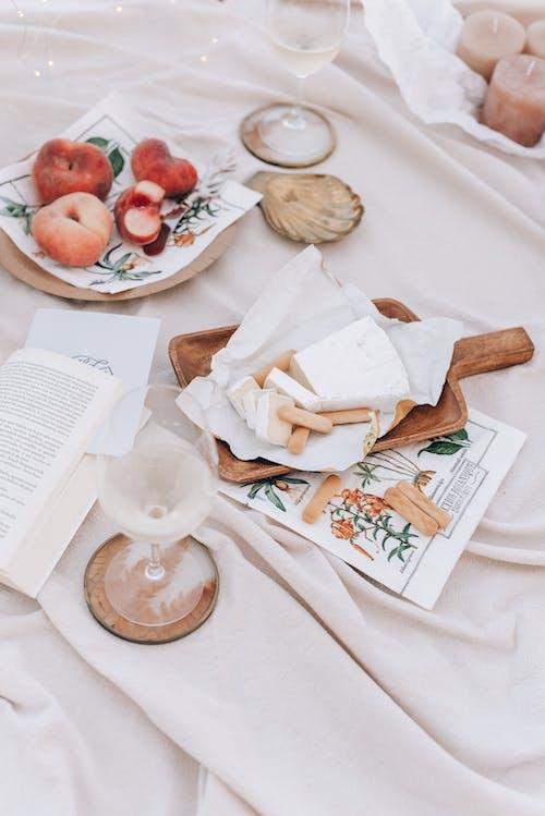 ahşap, akşam yemeği, Aşk, battaniye içeren Ücretsiz stok fotoğraf