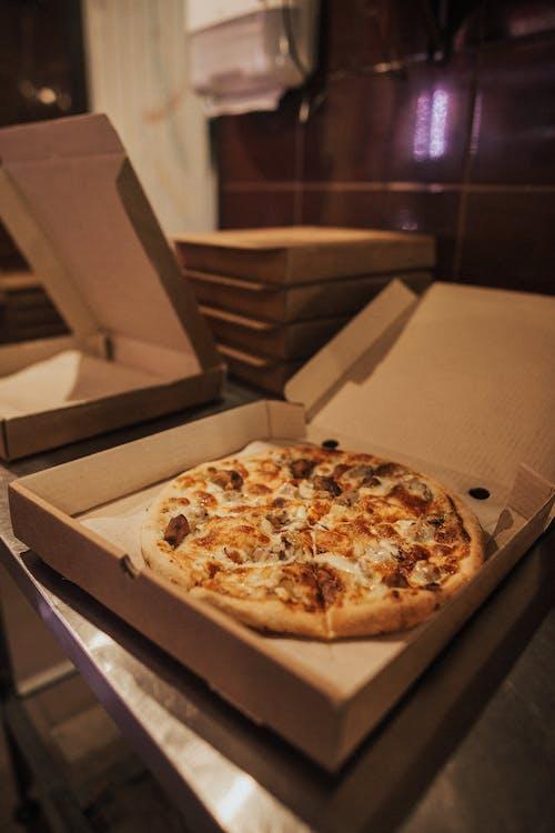 Pizza Trên Hộp Bìa Cứng Màu Nâu